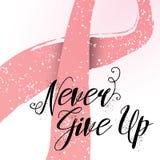 Никогда не дайте вверх нарисованную рукой цитату литерности для карточки осведомленности рака молочной железы Стоковые Фотографии RF