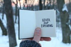 Никогда не останавливайте исследовать Вдохновляющие и мотивационные цитаты Книга и текст стоковое изображение