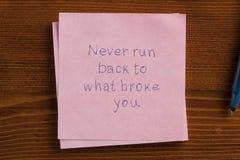 Никогда не побегите назад к что сломало вас написанные на примечании Стоковая Фотография RF