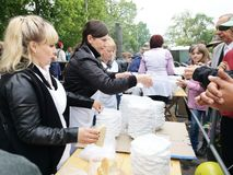 НИКОПОЛЬ, УКРАИНА - МАЙ 2019: распределение еды к нуждающийся, события призрения стоковые фото
