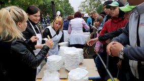 НИКОПОЛЬ, УКРАИНА - МАЙ 2019: распределение еды к нуждающийся, события призрения видеоматериал