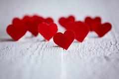 Никто красные сердца на деревянной предпосылке красный цвет поднял Conc Стоковые Фото