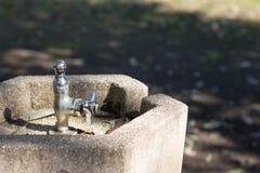 Никто, отсутствие воды, выпивая fauntain в парке стоковые фото
