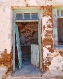 Никто ` s здесь, старый загубленный вход дома стоковые изображения