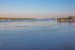Нил с Асуаном в расстоянии стоковые фото