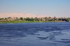 Нил с мостом Луксора стоковые изображения rf