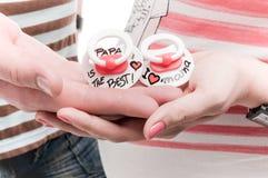 Ниппели ` s младенца в руках Стоковые Фотографии RF