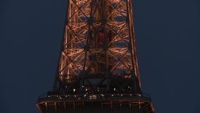 Нисходящий лифт внутри Эйфелева башни, как увидено на ноче видеоматериал