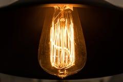 Нить внутри теплой электрической лампочки стоковая фотография rf