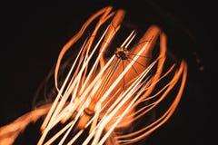 Нить в темном, фото лампы вольфрама макроса стоковое изображение