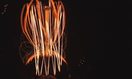 Нить лампы вольфрама накаляя в темноте стоковая фотография rf