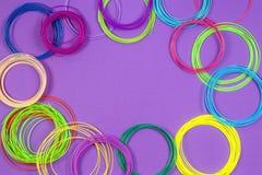 нить ручки 3d refills на пурпурной фиолетовой предпосылке стоковое изображение rf