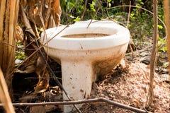 Ничего внешний гальюн в крышке леса, туалет стоковая фотография rf