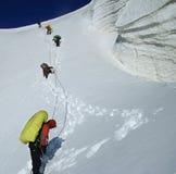 ничходящим команда roped icefall Стоковые Изображения RF