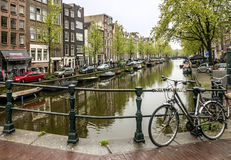 Нидерланды amsterdam Дома улицы моста канала Стоковое Изображение RF