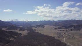 дни altai продолжают лето гор Красивейший ландшафт гористой местности Россия Сибирь Полет на quadcopter видеоматериал