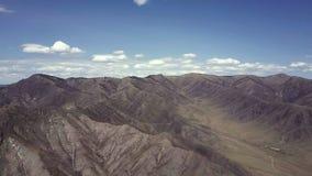 дни altai продолжают лето гор Красивейший ландшафт гористой местности Россия Сибирь Полет на quadcopter сток-видео