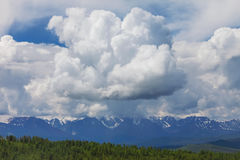 дни altai продолжают лето гор Красивейший ландшафт гористой местности Сибирь Стоковые Фотографии RF