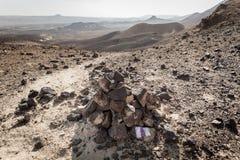 Новаторская пустыня камня маркировки знака отметки пирамиды из камней утки следа Стоковое фото RF