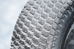 Новая автошина автомобиля зимы в снеге Стоковые Фото
