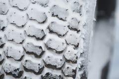 Новая автошина автомобиля зимы в снеге Стоковые Изображения