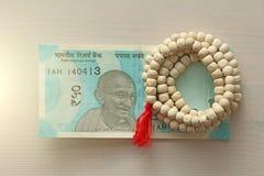 Новая банкнота Индии с деноминацией 50 рупий индийско стоковые фотографии rf
