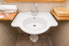 Новая белая раковина ванной комнаты гостиницы Стоковая Фотография RF