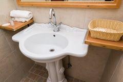 Новая белая раковина ванной комнаты гостиницы Стоковые Изображения RF