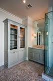 Новая большая современная домашняя ванная комната стоковое изображение rf