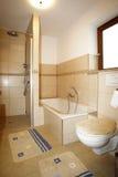 Новая ванная комната в бежевых коричневых цветах Стоковое Изображение RF