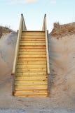 Новая лестница к общественной вертикали доступа пляжа стоковое изображение rf
