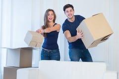 Новая жизнь в новом доме Пара в влюбленности наслаждается новой квартирой Стоковая Фотография