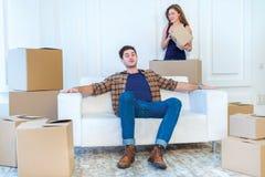 Новая жизнь в новом доме Пара в влюбленности наслаждается новой квартирой Стоковые Изображения