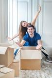 Новая жизнь в новом доме Пара в влюбленности наслаждается новой квартирой Стоковое Изображение