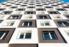 новая жилого дома самомоднейшая Фото высокорослого блока квартир с балконами против голубого неба Стоковое Изображение RF