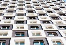 новая жилого дома самомоднейшая Фото высокорослого блока квартир против голубого неба конец вверх Стоковые Изображения