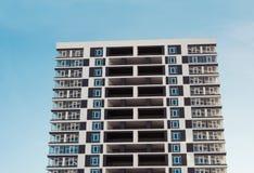 новая жилого дома самомоднейшая Фото высокорослого блока квартир против голубого неба Стоковое фото RF
