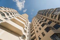 новая жилого дома самомоднейшая Multistoried, современный, новый и стильный живущий блок квартир сбывание ренты домов квартир иму Стоковые Изображения RF