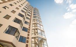 новая жилого дома самомоднейшая Multistoried, современный, новый и стильный живущий блок квартир сбывание ренты домов квартир иму Стоковые Фото