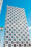 новая жилого дома самомоднейшая Фото высокорослого блока квартир против голубого неба Стоковое Фото