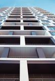 новая жилого дома самомоднейшая Фото высокорослого блока квартир против голубого неба Стоковые Изображения