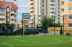 Новая земля спорт с кольцом bassetol и искусственной зеленой бухтой Стоковая Фотография
