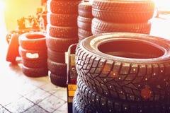 Новая зима утомляет в обслуживании гаража внутренности стогов автомобильном - изменяя колеса или автошины Стоковая Фотография RF