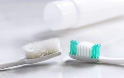 Новая и старая зубная щетка в ванной комнате Стоковое Фото