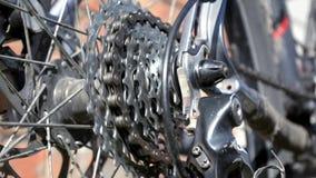 Новая кассета с шестернями и цепью на заднем колесе старого серого велосипеда видеоматериал