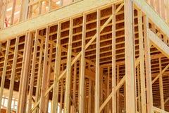 новая конструкции домашняя строение с деревянными рамками ферменной конструкции, столба и луча Стоковые Фотографии RF