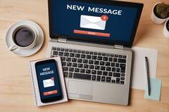 Новая концепция уведомления сообщения на экране компьтер-книжки и smartphone Стоковое Изображение RF