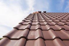 Новая крыша красных плиток стоковые изображения