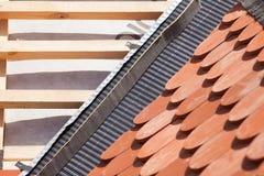 Новая крыша под конструкцией с деревянными балками, делая водостойким слоем для угловой и естественной плитки Стоковое Изображение