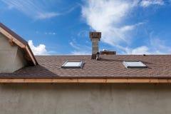 Новая крыша с окном в крыше, гонт толя асфальта и печной трубой Крыша с окнами мансарды Стоковая Фотография RF